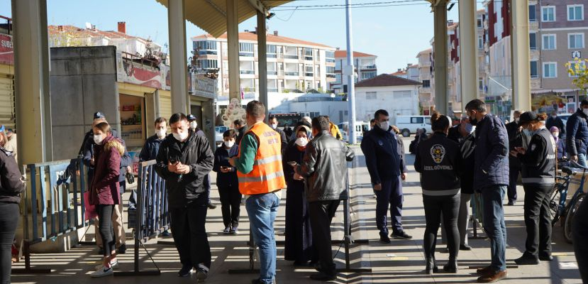 """Lüleburgaz'daki pazar yerlerindeki kişi sınırlaması """"Her dört metrekareye bir kişi"""""""