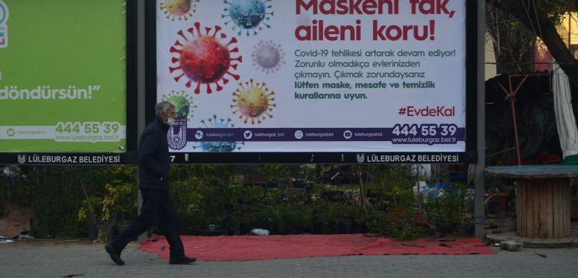 """Vakaların arttığı Lüleburgaz'da reklam panolarıyla """"Evde kal"""" mesajı"""