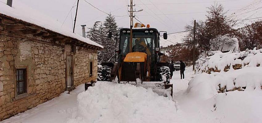 Antalya Büyükşehir Belediyesi karla mücadele çalışmalarına devam ediyor