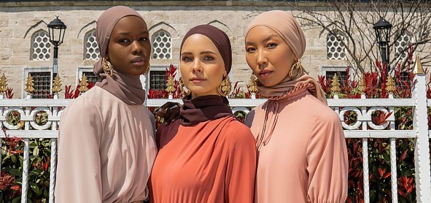 """Modest modanın başkenti İstanbul'da online Modanisa rüzgârı """"Moda Şimdi!"""" e-defilesi 140 ülkeden 200 bini aşkın izleyiciye canlı yayında İstanbul ve moda şöleni yaşattı!"""