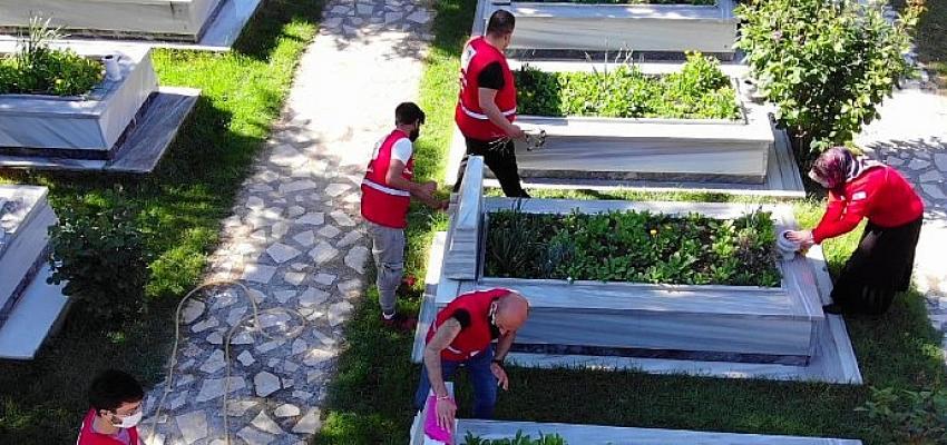Genç Kızılaycılar mezarlıklarda vefa hizmetinde