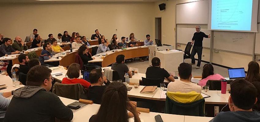 İş dünyasının liderleri, bilgi ve deneyimlerini Sabancı Üniversitesi öğrencileri ve mezunlarıyla paylaşmayı sürdürüyor.